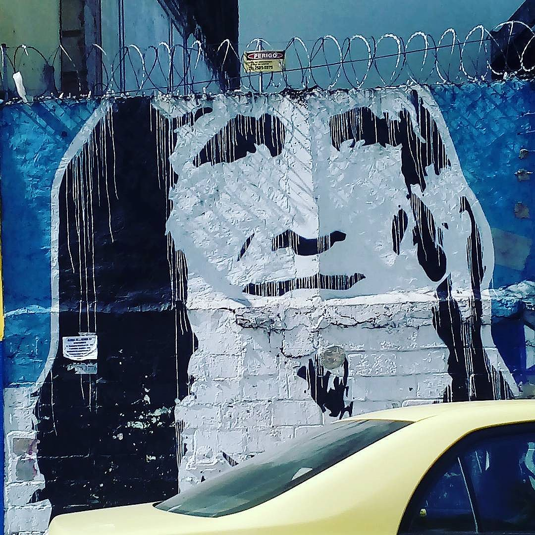 Perigo. Cerca elétrica e Gentileza. #palavrasachadasnarua #wordsfoundonthestreet #poesiadeparede #poesiaderua #poesia  #streetartrio #streetartistry #grafitti #grafittibrasil #arteurbana #streetart #streetstyle #streetwear #laranjeiras #riodejaneiro  #riodejaneiroinstagram #oqueasruasfalam #olheosmuros #murosquefalam #muros #aruafala #coroadecercaeletrica #gentileza