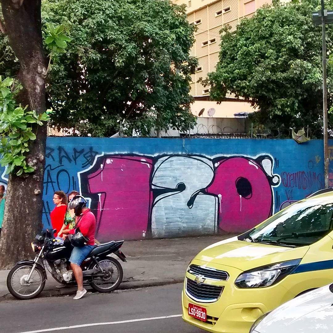 por: #120libras • #rjvandal #streetartrio #streetart #graffiti #graffitiart #art #riodejaneiro #tags #tagsandthrows #throwsup #throwsupz #bombing #bomb #grafite #artist #artoftheday #arteurbana #rj #urbanart #artederua #rua #graffitiwall #sprayart #vandal #galeriaceuaberto #olheosmuros #bombingbrasil #graffitirio #art #makeart