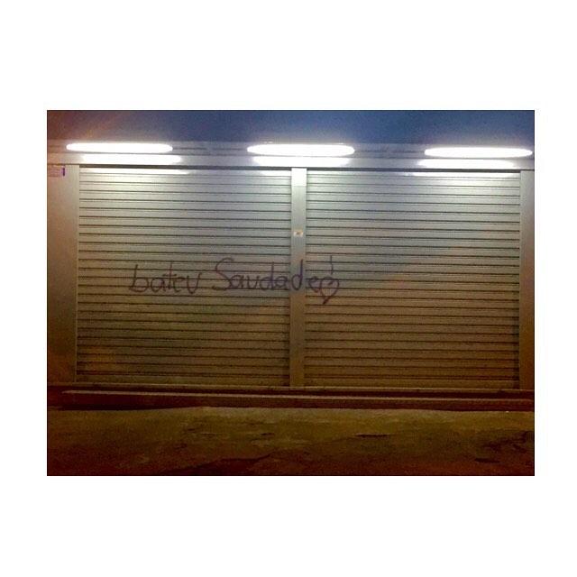 ['qualé' o nome da tua saudade?] -- Não há tradução para saudade . . . . . #fotografia #hobby #fotografar #respirofotografia #detalhes_em_foco #perspectiva #instagood #efeitodalente #sprayart #streetphoto #streetartist #streetartrio #rioquevejo #autoconhecimento #arteurbana #grafite #arteemfoco #arttherapie #goodvibration #instagood #arteurbana #streetphoto #meu_olhar_dream #ip_connect #myflagrants #mostreseuclick #saudade #boanoite #domeumundo #blima16
