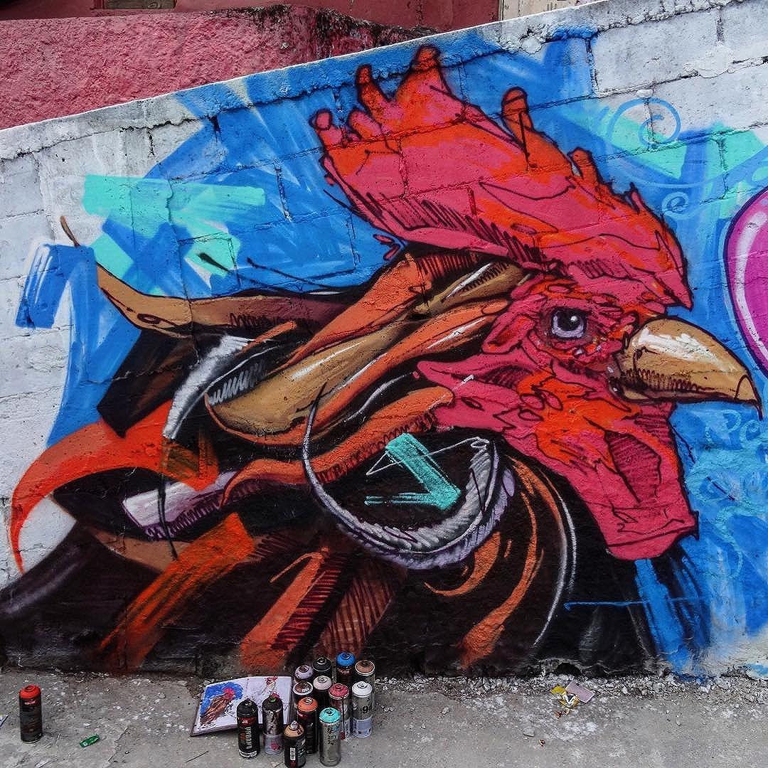 Subida ao Cantagalo, junto com meu Gut, Mesa, Babs, e Acme. Valeu @universoacme embaixador do graffiti do PPG, obrigado pela recepção! #graffiti #graffitiart #davibaltar #mafia44 #streetart #streetartrio #galo #streetartist #streetpainting #artederua