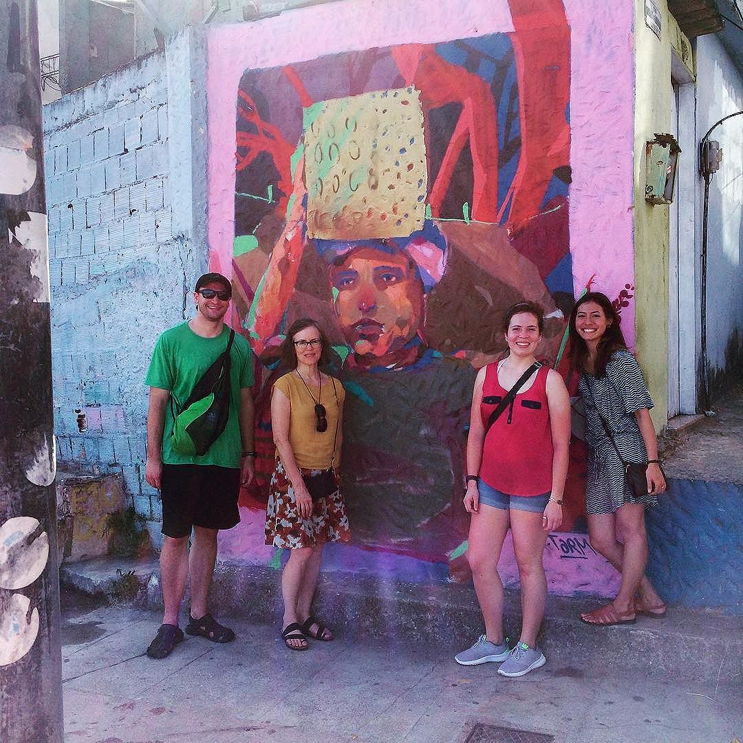 A super sweet group of teacher and students from Minneapolis and a graffiti by Tarm at #mirantedoarvrao #altovidigal #vidigal #rioarttours #favelatour #streetarttour #streetartrio #riodejaneiro #riodejaneiroinstagram #riolindo #rj #errejota