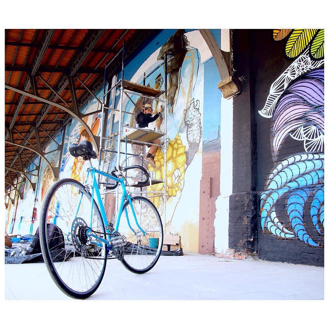Bike & graffiti #art #visitrio #catracalivre #cyclingtour  #streetartrio #explore #gobikerio #riodejnaeiro #graffiti #voyageursdumonde