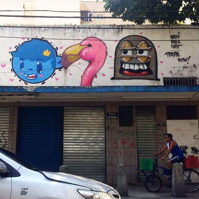 Olha pro alto!! #trapacrew #streetartrio #streetartrj #flamingo #flamingos #flamenco #oamorerosa #tijuca #graffiti #grafite #graff #graffitiporn #street #colorful #wall #city #urban #spraydaily #граффити #spraycanart #sprayart #graffity #adorofarm #streetart #rafagraffiti #rafa