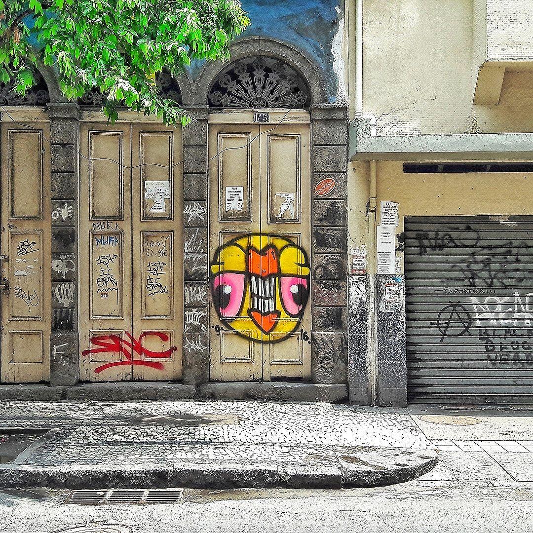 #StreetArtRio  Grafite na Rua do Riachuelo, entre a rua André Cavalcânti e a Rua dos Inválidos, na Lapa. Artistas: Só Na Correria (@sncsncsncsnc) e Edaz (@renataedaz) Tirada em 14/01/2017 ____________________________________  Quer conhecer mais obras destes artistas e de tópicos relacionados? Explore mais em: #g021_snc #g021_edaz #g021_grafiteiras #g021_pichacao