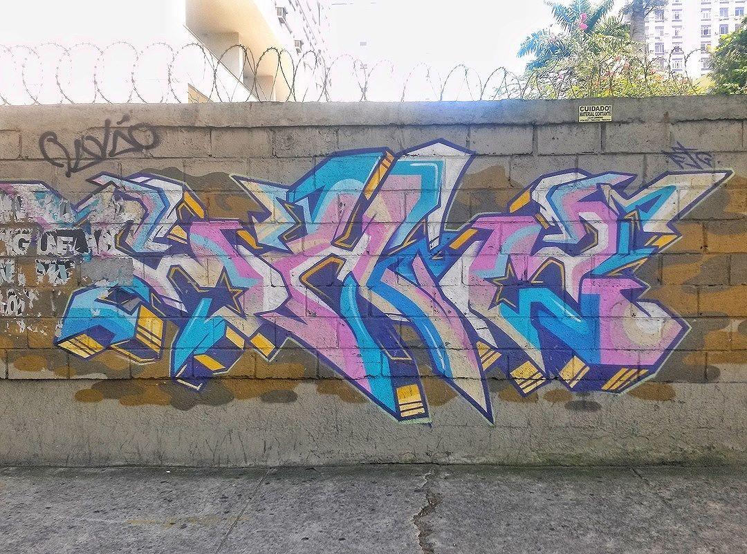 #StreetArtRio  Grafite na rua Doutor Satamini, próximo à esquina com a rua Campos Sales, na Tijuca. Artista: CH2 (@ch2ftg) Tirada em 27/01/2016 ____________________________________  Quer conhecer mais obras deste artista e de tópicos relacionados? Explore mais em: #g021_ch2