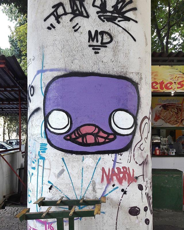 #StreetArtRio  Grafite no pátio da Reitoria da UFRJ, na Cidade Universitária. Artista: Nabru (@nabru0) Tirada em 16/06/2016 ____________________________________  Quer conhecer mais obras deste artista e de tópicos relacionados? Explore mais em: #g021_nabru #g021_grafiteiras