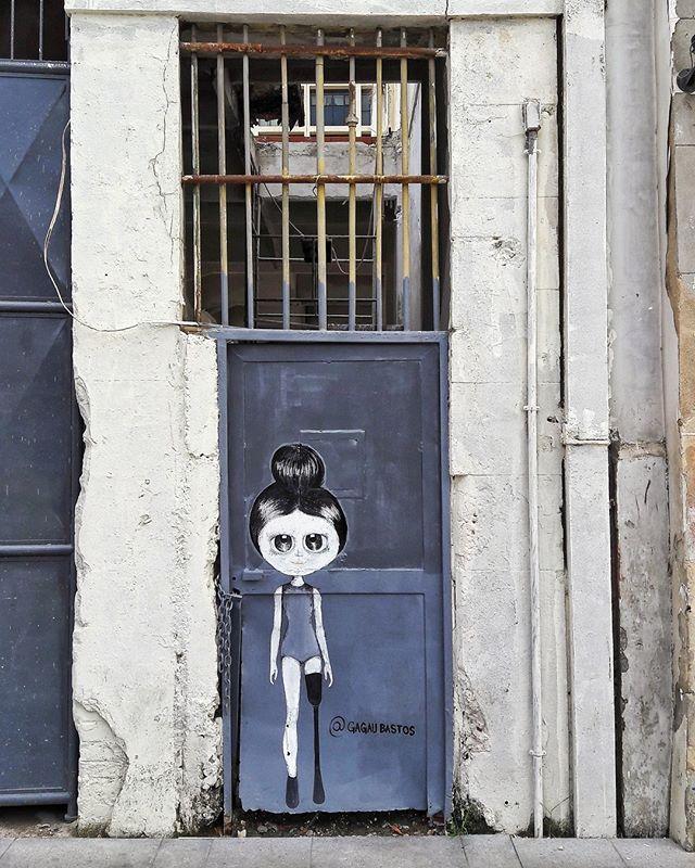 #StreetArtRio  Pintura no Boulevard Olímpico, na Gambôa. Artista: Gagau Bastos (@gagaubastos) Tirada em 14/01/2017 ____________________________________  Quer conhecer mais obras deste artista e de tópicos relacionados? Explore mais em: #g021_gagaubastos  #g021_grafiteiras