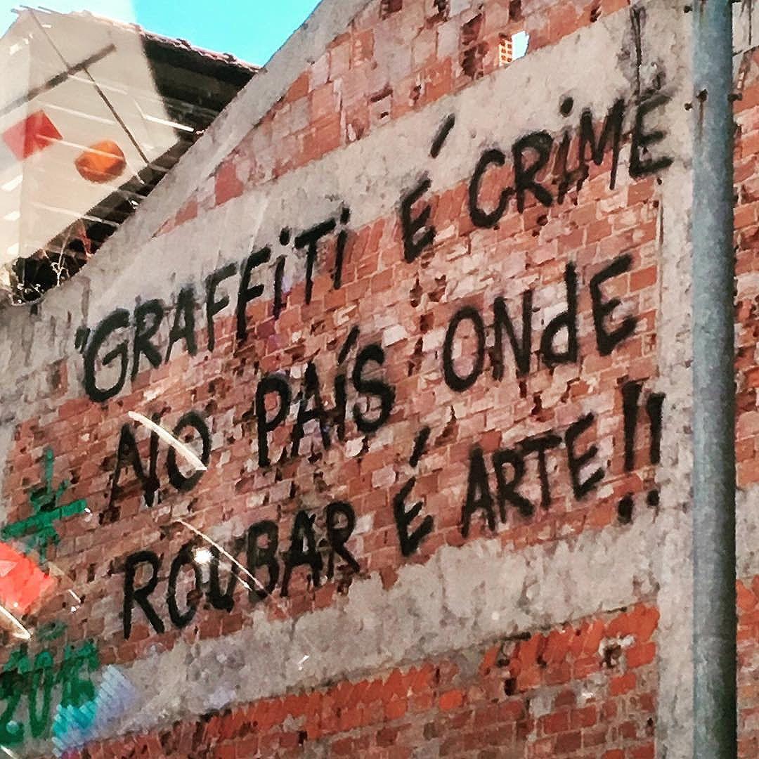 Tem algo muito errado nisso ai!!! #PelaJanelaDoCarro #PeloCaminho #ArteDeRua #StreetArt #StreetArtRio #MurosFalam #InstaGrafite #InstaGraffiti #MuseuACéuAberto #NosMuros #ArteNosMuros