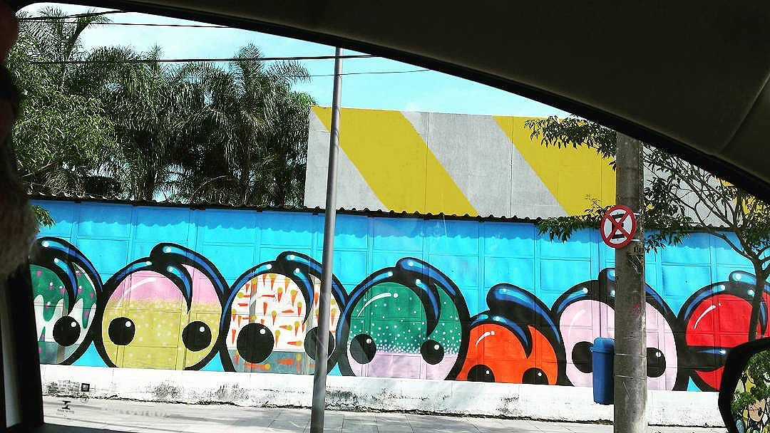 Car Window #olharever #pelasruasdoriodejaneiro  #errejota #art #artepelasruas #pintura #paint #paintart #graffiti #graffitiart #graffitipaint  #spray #sprayart #sprayartist #streetartverywhere #streetartlovers #instagrafite  #streetartrio #StreetArtRio #streetartofficial #streetstyle #streetartistry #streephotography #urban #urbanart #urbanstreetart #mural #muralart #instagood #instagramphoto