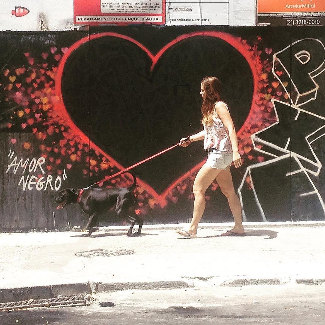 """Com esse coração gigante, deve ser a quinta e provavelmente última #arte neste tapume, porque a obra já está chegando ao fim. Só tenho que agradecer a todos os envolvidos, porque sempre pintei o que quis sem qualquer tipo de chateação e isso é fundamental pra quem faz #artederua ...""""Amor Negro"""" by #PXE #graffiti #streetart #streetartRio #art #Copacabana #RiodeJaneiro"""