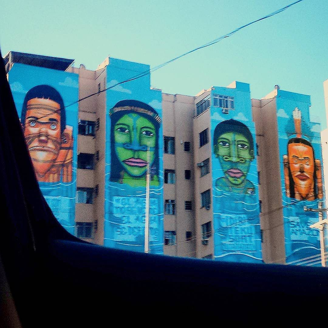 Pela janela do carro. .. #drivingby #avMaracana #streetartrio #streetart #graffiti #riodejaneiro #peloRio #porainorio #cidadedorio #vejario #tijuca #natijuca #soutijuca #arte #arteurbana #registrosdorio #urbanart #indios #savetheamazon