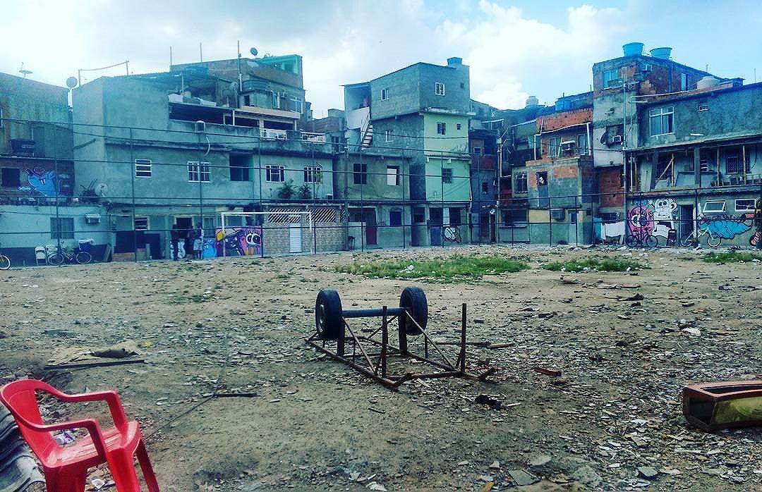Só favela vive ... #favela #comunidade #arte #ratimblu #vacamutant #éobicho #arará #graffiti #riodejaneiro #rioeuamoeucuido #fotografia #art #decoracao #ilustração #streetartrio #streetart