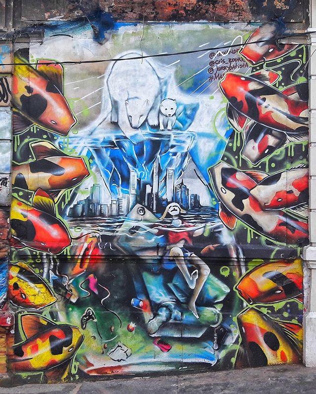 #StreetArtRio  Grafite na rua Evaristo da Veiga, próximo ao entroncamento com a Avenida Mem de Sá, na Lapa. Artista: Verd ( #verdlsd)  Tirada em 21/09/2016 ____________________________________  Quer conhecer mais obras destes artistas e de tópicos relacionados? Explore mais em: #g021_verd #g021_不明