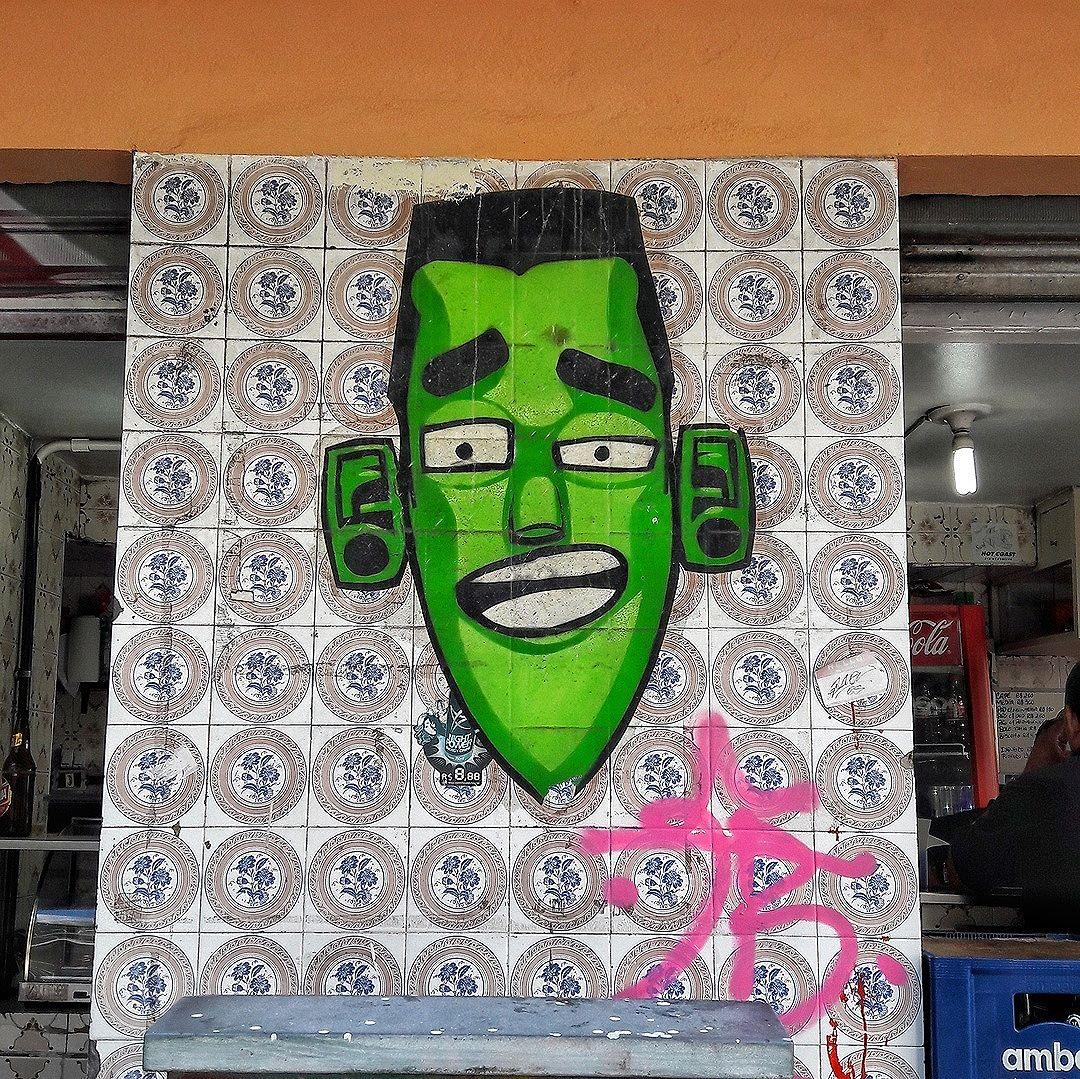 #StreetArtRio  Lambe-lambe na rua Francisco Otaviano, na esquina com a rua Raul Pompeia, em Copacabana. Artista: Eco (@marceloeco) Tirada em 12/02/2016 ____________________________________  Quer conhecer mais obras deste artista e de tópicos relacionados? Explore mais em: #g021_eco #g021_lambelambe