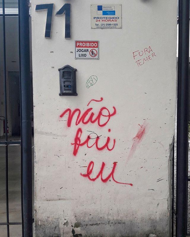 #StreetArtRio  Pichação na rua Dois de Dezembro, entre a Rua do Catete e o Beco do Pinheiro. Artista: Não Fui Eu (@naofuieu.oficial) Tirada em 16/11/2016 ____________________________________  Quer conhecer mais obras deste artista e de tópicos relacionados? Explore mais em: #g021_naofuieu #g021_pichacao