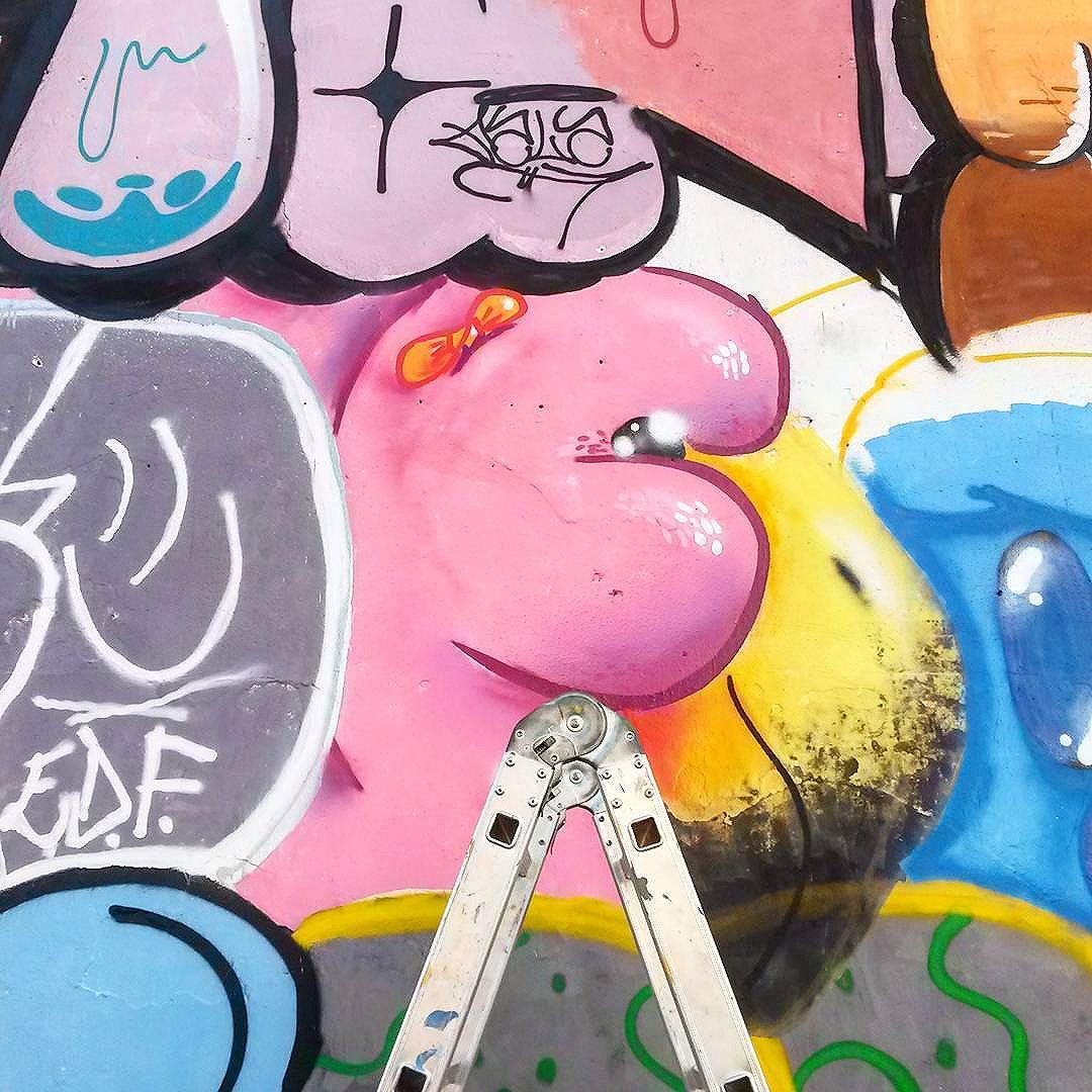 Com lacinho e tudo #trapacrew #streetartrio #streetartrj #flamingo #flamingos #flamenco #cachambi #graffiti #grafite #graff #graffitiporn #street #colorful #wall #city #urban #spraydaily #граффити #spraycanart #sprayart #graffity #sopadeletras #streetart #rafagraffiti #rafa