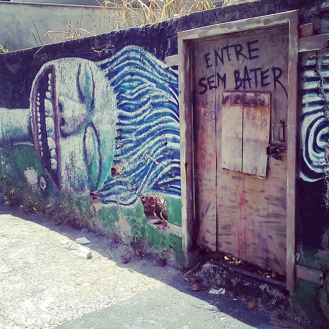Entre sem bater. #palavrasachadasnarua #poesiadeparede #poesiaderua #poesia  #streetartrio #streetartistry #grafitti #grafittibrasil #arteurbana #streetart #streetstyle #streetwear #laranjeiras #riodejaneiro  #riodejaneiroinstagram #oqueasruasfalam #olheosmuros #murosquefalam #muros #aruafala