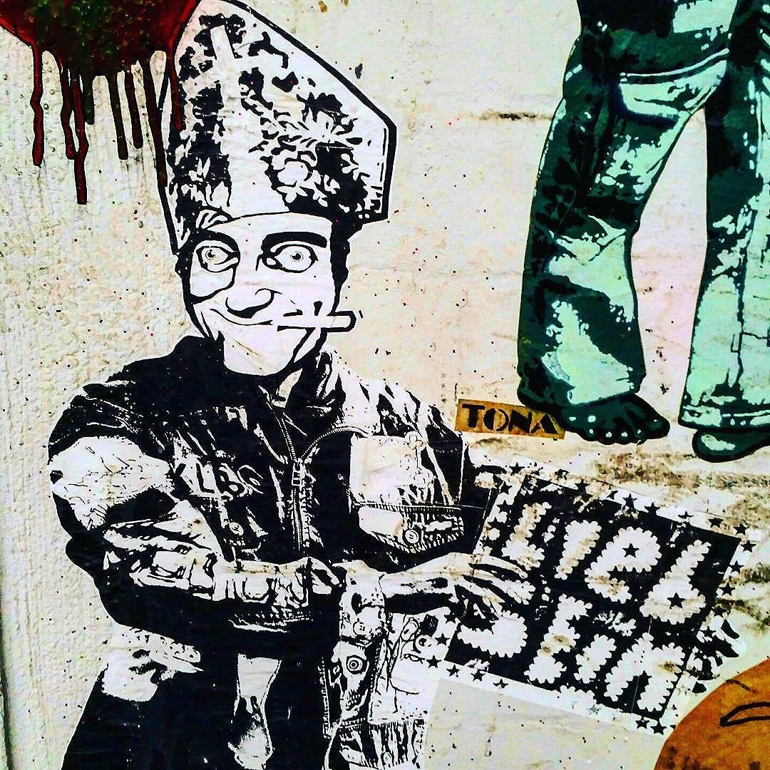 #liebsein #schanzestreetart #straßenporn #hamburg #carolinenviertel #sanktpauli #welovestreetart #strasskunst #dosenkunst #graffiti #urbanart #urbanshit #streetartists #streetart #welovegraffiti #sprühdose #sprühdosenkunst #pasteup #berlin #bilder #streetartists #streetartrio #loveurbanart #loveurban #bochum #pasteup #klebekunst