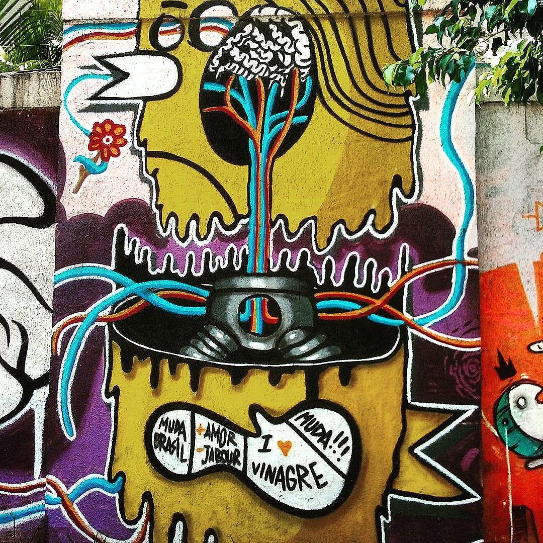 No muro, por dentro Avenida Paulo de Frontin  Rio Comprido  #StreetArtRio  #grafittinoriodejaneiro