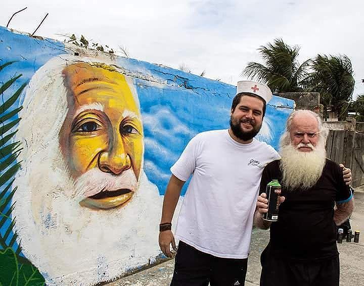 """Pintura feita pelo artista @garveytattoo em homenagem ao grande Sr Erasmo, conhecido como o """"Velho homem do mar"""". Sr Erasmo era pescador e salva vidas aposentado,um dos primeiros salva vidas do Rio de Janeiro.  Sr Erasmo faleceu 3 meses após a realização do painel com 90 anos de idade, deixando muita saudade e muitas histórias no bairro de Sepetiba. Foto:@fucaobarreiros  #graffiti #grafite #arteurbana #streetart #mariscarte #streetartrio #sepetiba #sea #mar #rj"""