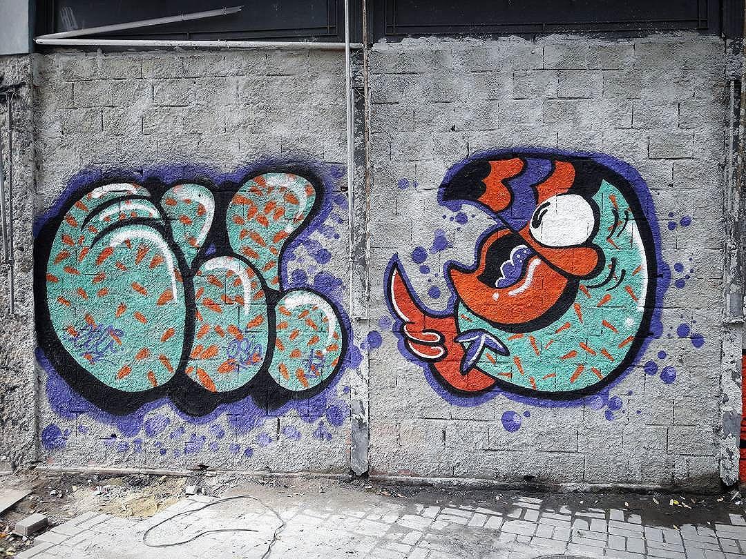 ELLI X DĒCO .. #graffitiporn #graffiticharacters #characters #letters #piece #bomb #quickie #loveletters #centro #rjvandal #paint #painting #cartoon #walls #urbanart #streetartrio #streetart #graffart #green #orange
