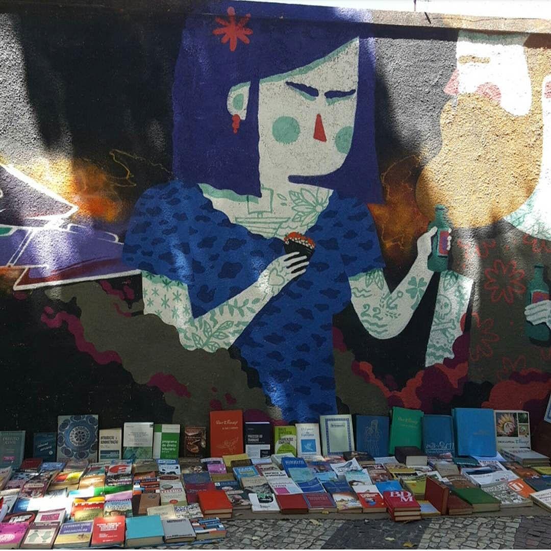 Venda ao ar livre de livros. LEIA !!! BOOKS FOR SALE !!! Local : São Francisco Xavier - Tijuca  #olharever #pelasruasdoriodejaneiro #art #artepelasruas #pintura #paint #paintart #graffiti #graffitiart #graffitipaint  #spray #sprayart #sprayartist #streetartverywhere #streetartlovers #instagrafite  #streetartrio #StreetArtRio #streetartofficial #streetstyle #streetartistry #streephotography #urban #urbanart #urbanstreetart #mural #muralart #instagood #instagramphoto