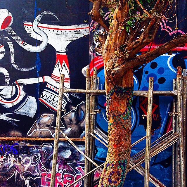Tudo sao obras. #art #arteemfoco #arte #graffiti #graffitiart #instagrafite #13pompons #fotodobrasil #brasilemfotos #sampa #clubepixel #cliquediaadia #cliquetop #chiquesnourtemo #ig_saopaulo #ig_brasil #gf_brasil #galerieclub #galeriamink #surreal42 #worldwide_shot #nuriss_tag #instarefa #streetart #streetartsp #mobgraphia #mycapture