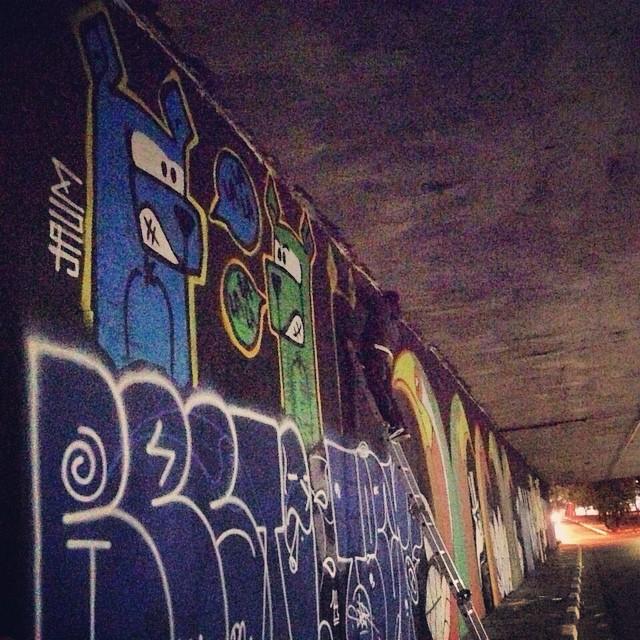 Hj no túnel da Rebouças. Seguindo a dica do @spvandalismo, colei de escada! . Geral que ja tinha encostado antes REPRESENTOU! #streetartsp #ruasp #ingf. Chegando lá a notícia foi boa, o mural ainda está intacto do outro lado da rua.