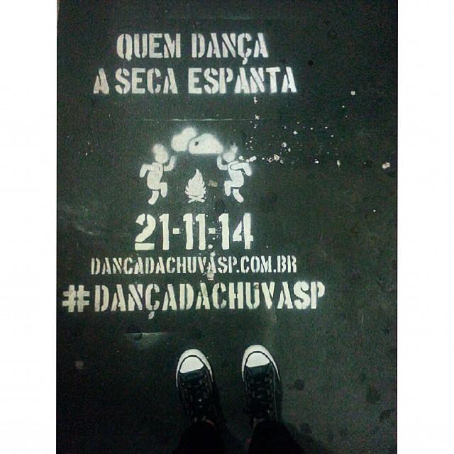 Vale tudo. #sampa #chuva #dança #grafitesp #grafite #instagrafite #instaphoto #pixo #stencil #streetartsp #street #avpaulista #Paulista #água
