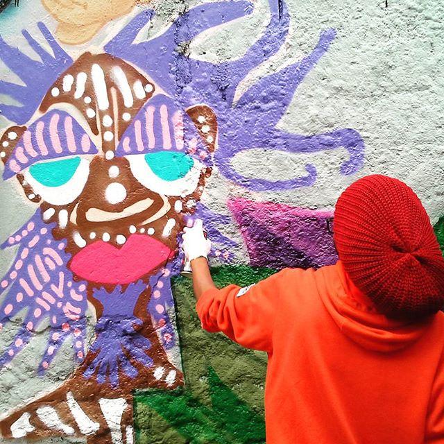 D-Praz em Ação. Foto: Moisés Patrício. #danyahupraz #dpraz #arteurbana #intervençãourbana #cores #artederua #pinturaderua #pinturaemmural #artesvisuais #sprayarte #colporginarteurbana #urbanart #colors #streetart #streetpainting #wallpainting #visualarts #sprayart #afro #streetartsp