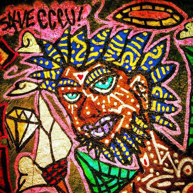 """Detalhe da intervenção urbana no eventeo """"Graffiti x Lixo"""". na Cohab 2/Itaquera, São Paulo-SP. por D-Praz. #danyahupraz #dpraz #arteurbana #intervençãourbana #pinturaemmural #cores #arteurbanabrasil #pinturaderua #pinturaafro #artesvisuais #artederua # #streetart #urbanart #wallpainting #colors #afropainting #visualarts #urbanartbrazil #streetartbrazil #streetartsp"""