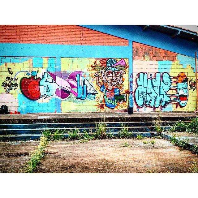 Intervenção Urbana feita na Escola Salvador Allende, Em José Bonifácio, São Paulo-SP. Em apoio a Ocupação de Alunos da Escola. Por @eve14_osli , D. Praz & @amaro_sp Salvador Resiste!!! 2015. #danyahupraz #dpraz #eve14 #Amaro #graffiti #arteurbana #artederua #intervençãourbana #cores #artesvisuais #urbanart #streetart #colors #visualarts #instagraffiti #instastreetart #streetartbrazil #streetartsp #graffitibrazil #graffitisp
