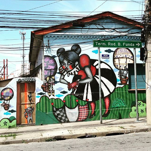 Sortuda casa decorada pela arte da Tikka (@tikkameszaros) na Barra Funda, São Paulo  #tikka #barrafunda #sambadograffiti #sampagraffiti #graffiti #grafite #graf #streetart #streetartsp #streetphoto #streetarteverywhere #streetartphotography #spray #spraypaint #urbanwall #urbanart #wallart #saopaulo #brasil #rsa_graffiti #DSB_graff #braznu #sampa #tv_streetart #saopaulocity #tv_sa_simplicity_graff #streetartofficial #hotairballoon #ballondirigeable