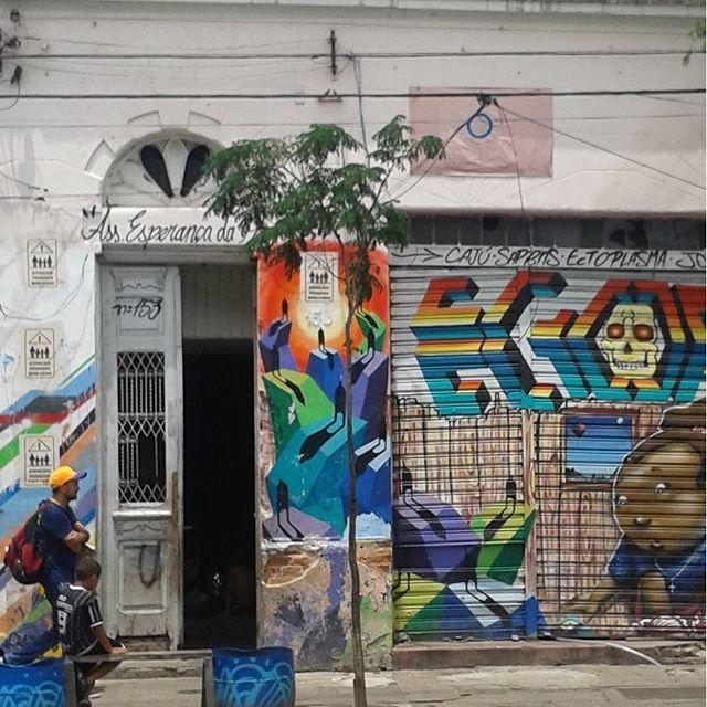 Um grafite, um corinthiano, um homem e o cheiro da Cracolândia. #Sãopaulo #Sãopaulowalk #architecture #building #homesweethome #grafitesp #grafitti #graffitibrazil #publicart #streetartsp #streetartphotography #streetarteverywhere @globalstreetart #grafitti #grafite #streetart #urbanart #cracolândia #luz