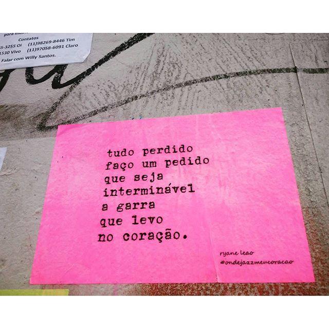 garra(s) dentro do peito. #ondejazzmeucoracao #streetartsp #011 #artederua #intervençãourbana #splovers #vozesdacidade #lamblamb #sp #lambelambe #murosquefalam #osmurosfalam #arteurbana #vinarua #acidadefala #olheosmuros #poesiaderua #asruasfalam #oqueasruasfalam #pelasruas #taescritoemsampa #urbanart #pelosmuros #txturbano #saopaulo #ruaspoeticas #olheasruas #ryaneleao #sp4you #silenciodasruas