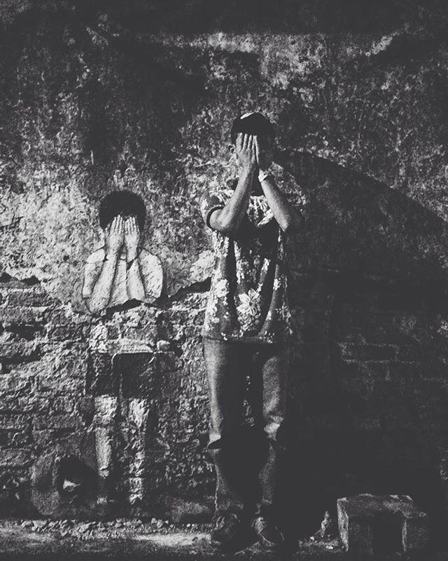 """Tutup mata sebab buat2 tak nampak apa yang orang buat belakang kita.. Pekakkan telinga sebab tak nak dengar orang yang mengutuk belakang kita""  #mylifemyrule #vsco #vscocam #vscophile #vscocamalaysia #gengvscocam #igers #igerspenangites #igersmalaysia #malaysianboy #mylifemyrule #blackandwhite #streetartSP #mynameazizi"