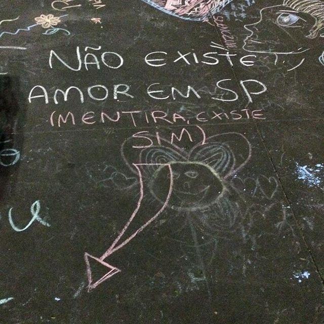 Não existe Amor em Sampa. Mentira! Existe sim! ️️️️ Avenida Paulista #arteurbanasp #arteurbana #sousampa #passeios_sp #adorosampa #streetartsp #sampanossa #mostreseuolhar #brvsco #brarts #brhdr #coolsampa #conexaosaopaulo #ondejazzmeucoracao #silenciodasruas #vozesdacidade #super_saopaulo #asruasfalam #acidadefala #asruasfalam #sp_giro #fotografeihoje #inspiracidade #click_n_share #obompaulistano #taescritoemsampa #sp4you #splovers #super_saopaulo