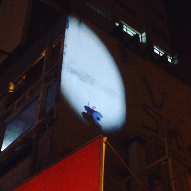 Projeção de Regina Silveira em paredão na Vila Madalena #artecontemporanea #artenarua #streetartsp