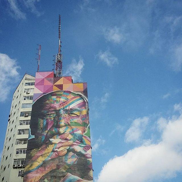 tinta/spray sobre arranha-céu #streetart #streetartsp #grafite #niemeyer #kobra