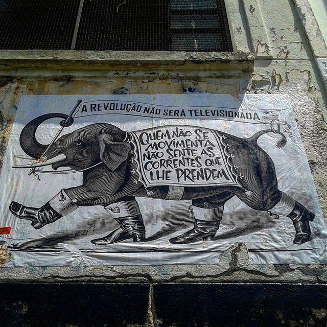 Quem não se movimenta não sente as correntes que lhe prendem. Rosa Luchemburgo #major_art #revolução #arteurbana #ruasquefalam #streetart #streetartsp #manifesto #arteurbanasp #pelosmuros #graffiti #graffitiart #streetarteverywhere #lambelambe #major #artecallejero #urbanart #pasteup #oqueasruasfalam #spart #olheosmuros #urbanartist #artederua #wallporn #wheatpaste #pasteup #streetart #streetartbrazil #lambe #taescritoemsampa