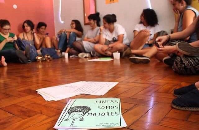 comecinho da oficina, discussao sobre feminismo e arte de rua com muito amor ️