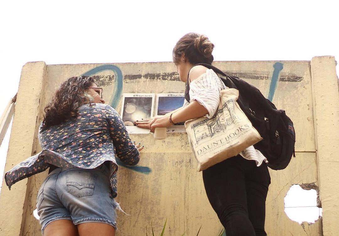 do dia em que tive companhia pra espalhar lambes por itaquera.  foto: @campos_luc  #depoisdasseis #streetart #artederua #oqueasruasfalam #vinarua #ascidadesfalam #intervencaourbana #intervencao #asruasfalam #streetartsp #olheosmuros #realcoolsampa #splovers #lambelambe #lambe #saopaulo #spdagaroa #taescritoemsampa #achadosdasemana