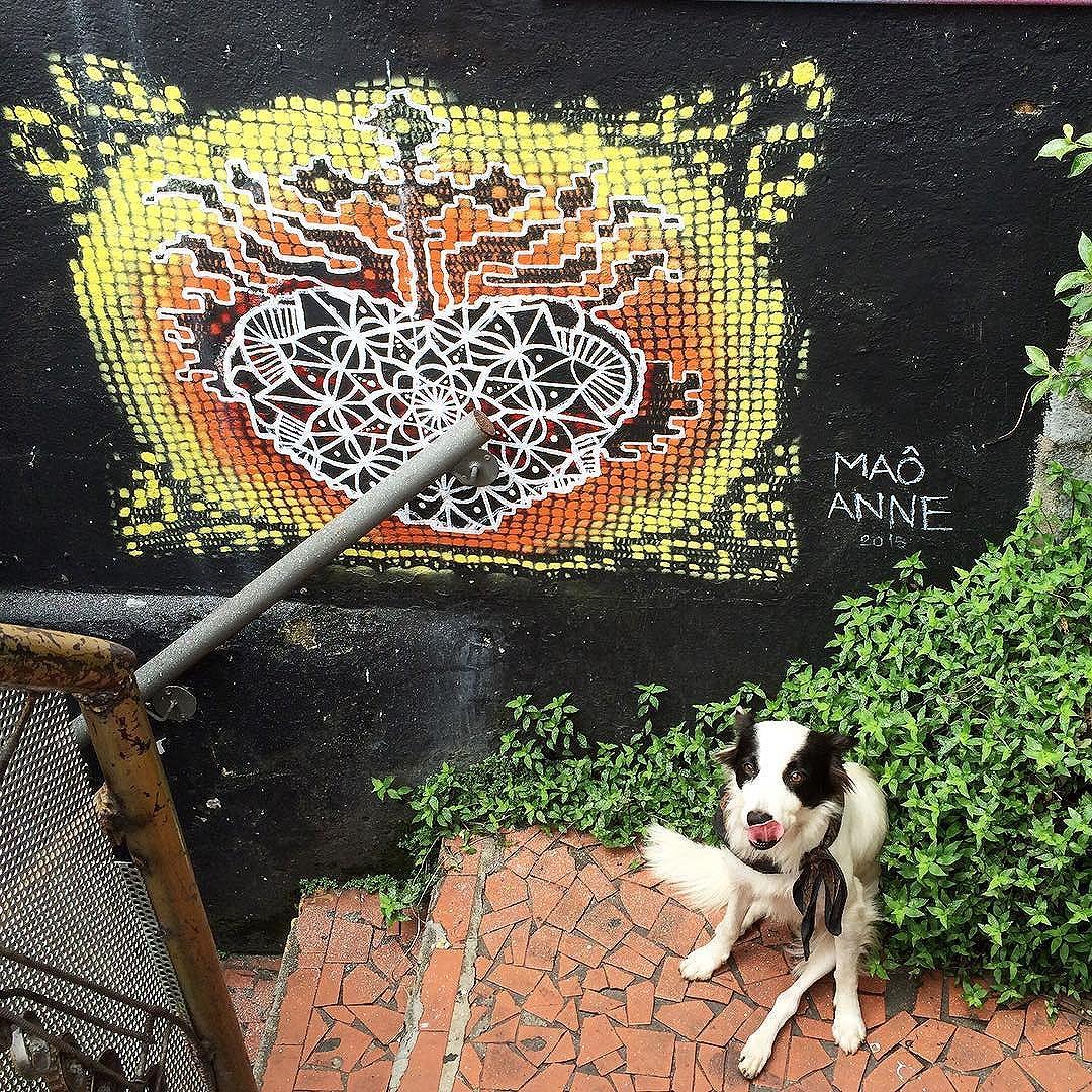 Graficrochet com mandala da @maosasso!! Parceria sem fim... Demorou para termos a foto, mas está ai! ️️ #graficrochet #grafite #streetartsp #streetart #crochet #handmade #wall