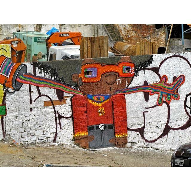 @danielzeroooldskull #yarnbomb #grafitti #gratite #Sp #streetart #wall #art #handmade #chochet #crochetting #ilovegraffiti #graficrochetando #nemtodosplashétinta #grafknit #urbanart #grafitecrochet #intervencaourbana #streetartsp #artederua #mulheresgrafiteiras #artederua #yarn