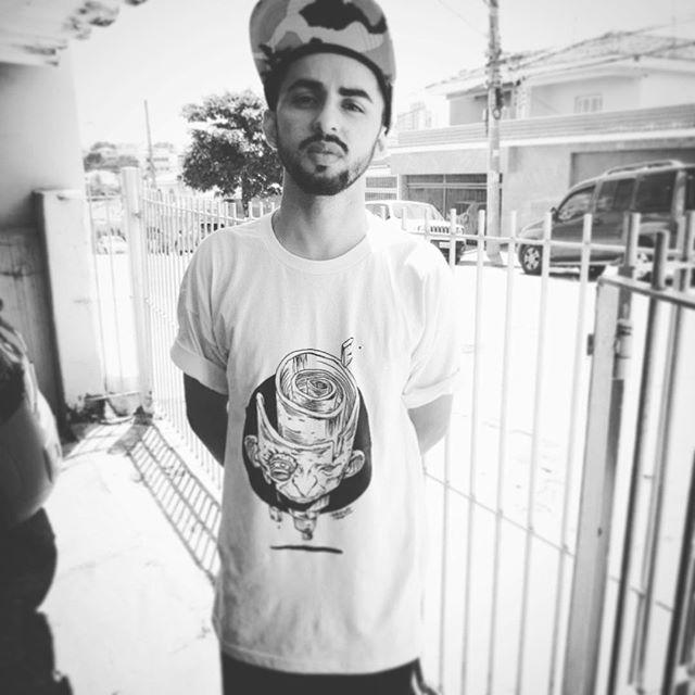 """@skiloalex veste Gregones! E vc? Incentive artistas independente.  """"Artistas brasileiros, temos muitos aqui como meu brother @gregonebr que está lançando esta t-shirt, foda além de seus grafites, vamos dar valor aos nossos artistas"""" #gregonebr #graffiti #tshirt #artistas #valorize #street #streetart #streetartsp #brazil #urbanart #estampa #serigrafia"""
