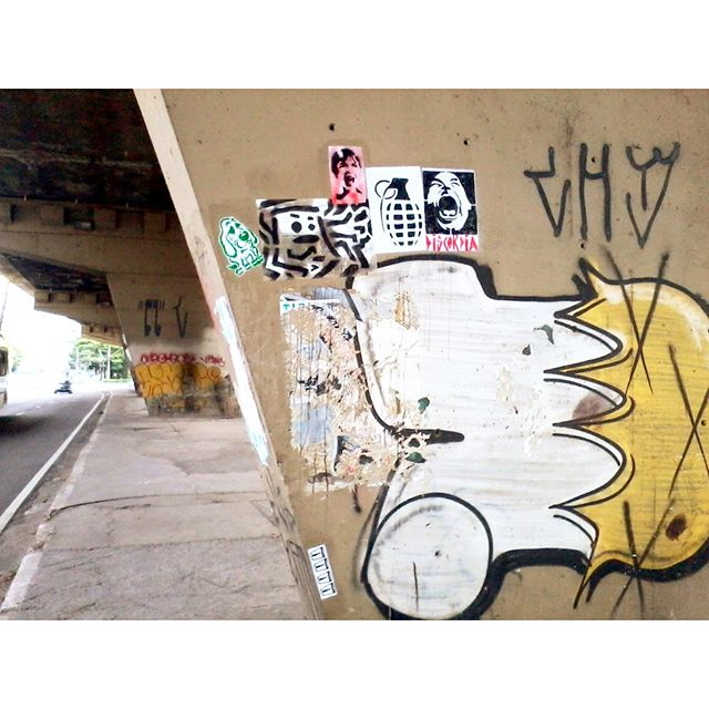 Barra Funda - São Paulo - Brazil Artists: @rodrigo_creper @reribs1 @maiscor @semxchoroxnemxvelax @di5cordia #MUNDORUASP #lambelambe #bomb #stickerbomb #streetartsp #streetartbr #sampa #pixo #posterart #reribs #streetphotography #city #art #arteemfoco #urbanartsp #arteverywhere #streetinstalls #posters #stickerporn