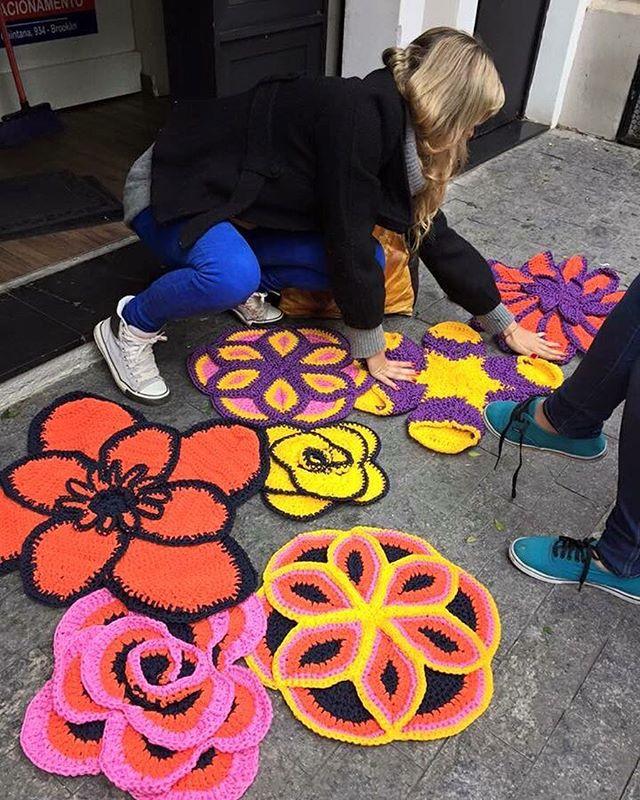 #graficrochet #yarnbomb #grafitti #gratite #Sp #streetart #wall #art #handmade #chochet #crochetting   #ilovegraffiti #graficrochetando #nemtodosplashétinta #grafknit #urbanart #grafitecrochet #intervencaourbana #streetartsp #artederua #mulheresgrafiteiras  #yarn #crochetartist #knitartist #annegalante