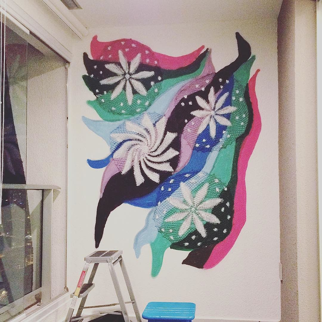 Final! #graficrochet #instagrafite #yarnbomb #grafitti #gratite #Sp #streetart #wall #art #handmade #chochet #crochetting #ilovegraffiti #graficrochetando #nemtodosplashétinta #grafknit #urbanart #grafitecrochet #intervencaourbana #streetartsp #artederua #mulheresgrafiteiras #yarn #crochetartist #knitartist #annegalante.