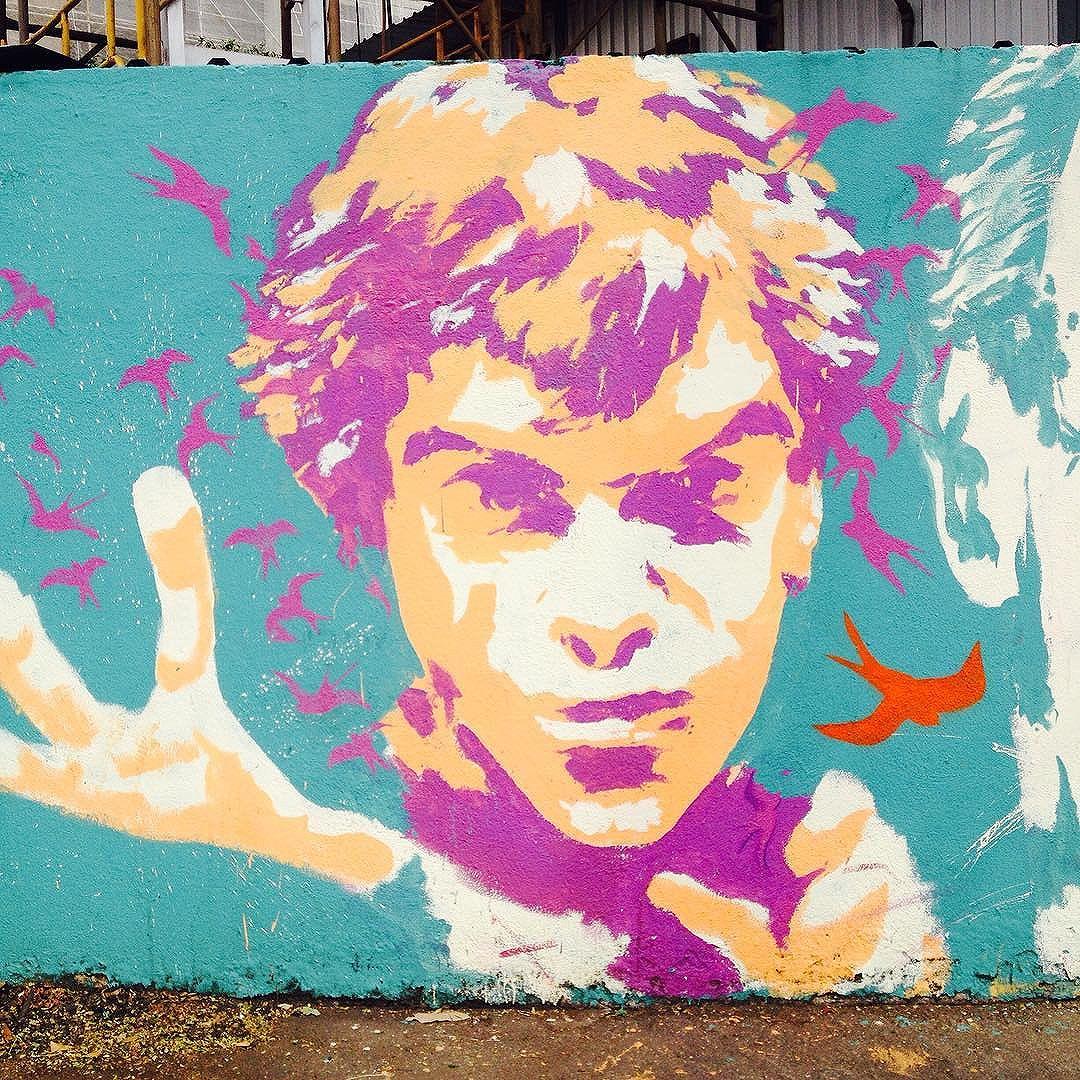 Nas noites de frio é melhor nem nascer Nas de calor, se escolhe: é matar ou morrer E assim nos tornamos brasileiros Te chamam de ladrão, de bicha, maconheiro Transformam o país inteiro num puteiro Pois assim se ganha mais dinheiro.. Bom dia! #graffitisp #graffiti #artederuasp #artederua #streetart #streetartsp #atelieurbano #cazuza