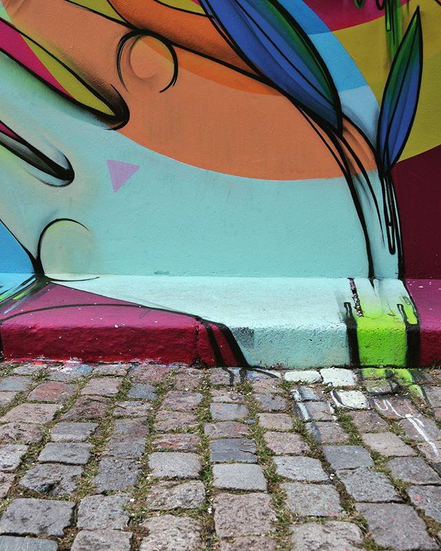 """Série """"Só Street Art"""" - Vila Madalena 1/3  Um dos espaços mais criativos de São Paulo e uma das maiores galerias a céu aberto não apenas do Brasil, mas do mundo: o Beco do Batman, na Vila Madalena.  Atualmente, os desenhos são renovados constantemente por grafiteiros e a comunidade ajuda a conservar as paredes que são disputadíssimas pelos artistas. O Beco tornou-se um ponto turístico obrigatório para os amantes das artes urbanas. A cada visita, uma nova pintura é encontrada no local, o que faz que o visitante retorne mais de uma vez para apreciar as obras.  Fonte: www.catracalivre.com.br e www.cidadedesaopaulo.com  #becodobatman #arte #art #streetart #vilamadalena #graffiti #grafite #streetartsp #urbanart #instagraffiti #spray #streetartglobe #sampagraffiti #instagrafite"""